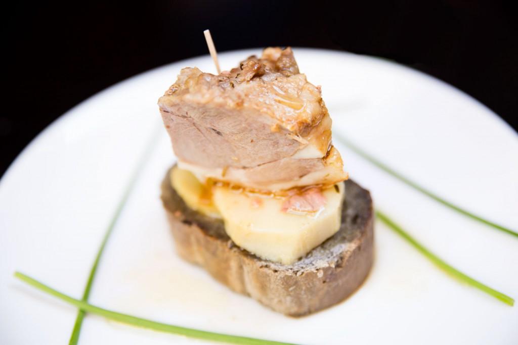 TAPA ARAGONESA DE EL CARMELO: El Carmelo (ternasco, patata a lo pobre y pan de higo/tomate)
