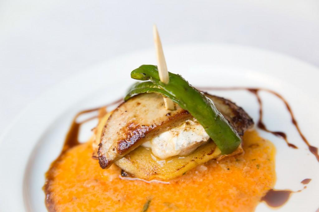 TAPA ARAGONESA DEL BAR SERVET: Tosta de cococha y bacalao con foie, pimiento del piquillo y vinagreta de soja módena.