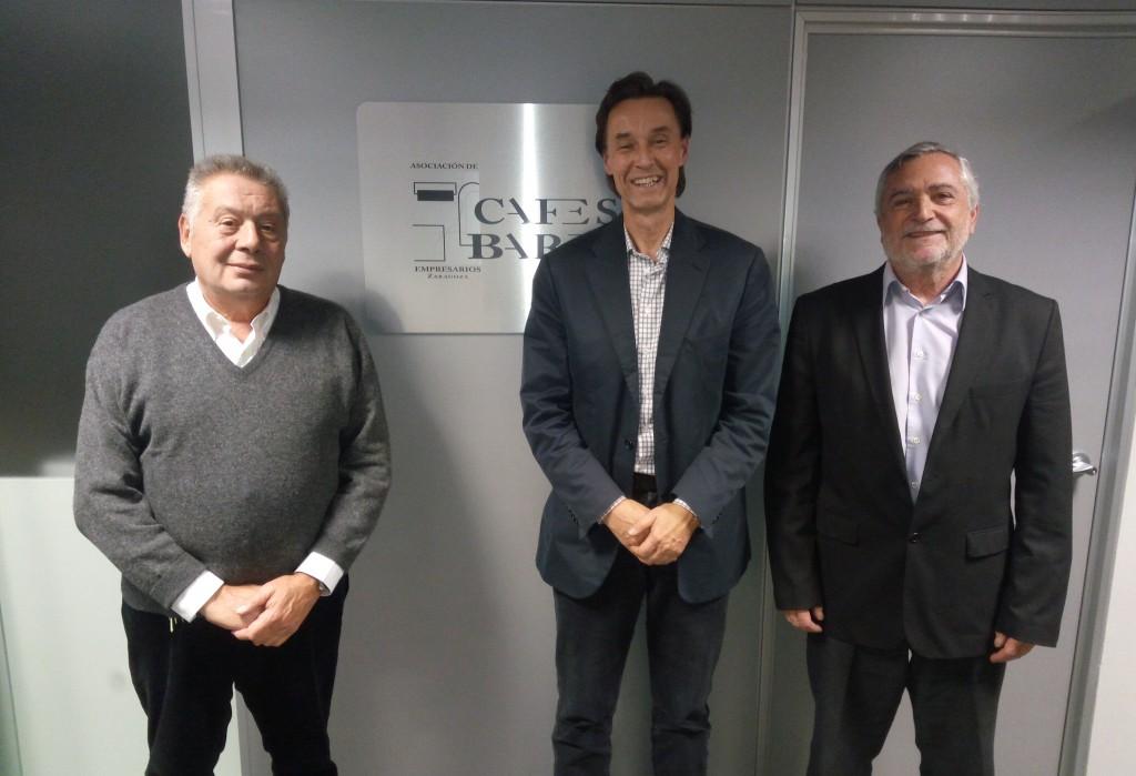 El cocinero y escritor sueco Jonas Borssén, en el centro, junto al presidente de Cafés y Bares, Pedro Giménez (izq.) y el gerente de la Asociación, Jorge Bernués (dcha.).