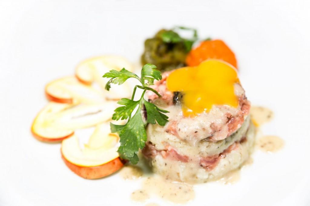 Steak de ternasco de Aragón y longaniza, embutido de huevo y yema cruda del Txoko (Doctor Horno Alcorta, 26 - Zaragoza)