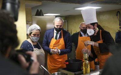 El alcalde de Zaragoza visita el centro de formación de Cafés y Bares y muestra su apoyo al sector hostelero
